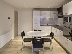 A kitchen or kitchenette at The Sawmill Apartment