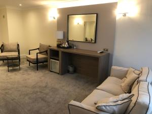 A seating area at Mercure St. Albans Noke Hotel