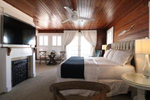 A bed or beds in a room at The Riverview Hotel - New Smyrna Beach