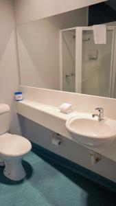 A bathroom at Waterfront Lodge Motel