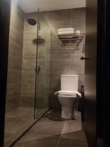 A bathroom at Kinabalu Daya Hotel