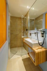 A bathroom at Ibis Styles Hildesheim