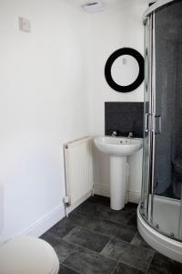 A bathroom at Bursar Street 19