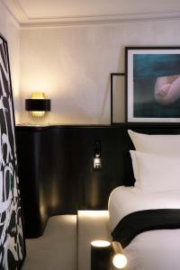 Letto o letti in una camera di Hotel Flanelles Paris