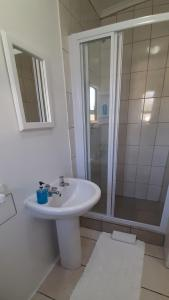 A bathroom at Oom Piet Accommodation