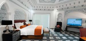 Uma TV ou centro de entretenimento em Bayat hotel