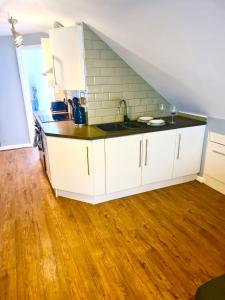 A kitchen or kitchenette at Be More Homely - LOU(2) - A Luxury 1 bedroom Apartment x1 SKing Bed FREE PARKING & WIF