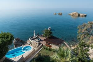 Ein Blick auf den Pool von der Unterkunft Apartments Eneida oder aus der Nähe