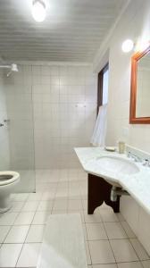 A bathroom at Pousada Valhacouto