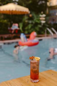 Der Swimmingpool an oder in der Nähe von Freehand Miami