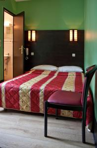 A bed or beds in a room at Hotel Cambrai