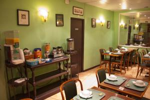 A restaurant or other place to eat at Hotel Cambrai