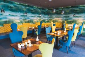 Ein Restaurant oder anderes Speiselokal in der Unterkunft Hotel Bornmühle