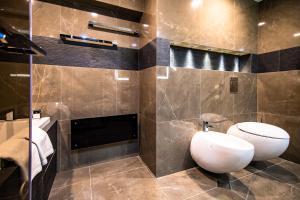 A bathroom at Hotel & Casino Cherno More