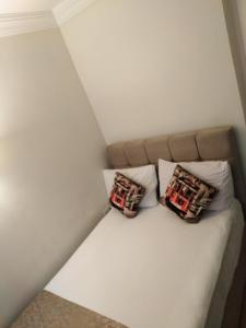 سرير أو أسرّة في غرفة في تقسيم لايف هاوس