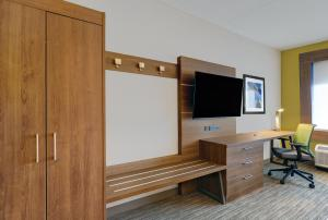 A television and/or entertainment centre at Holiday Inn Express - Kingston West, an IHG Hotel