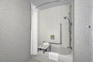 A bathroom at Holiday Inn Express - Kingston West, an IHG Hotel