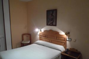 A bed or beds in a room at Hotel Los Hidalgos