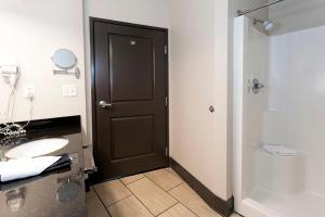 A bathroom at Park Point Marina Inn