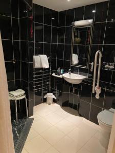 A bathroom at Caledonian Hotel