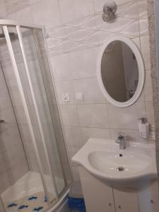 Łazienka w obiekcie Pokoje Gościnne Pod Wiatrakiem