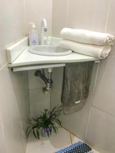 A bathroom at suíte prime centro vila do abrãao