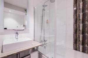 A bathroom at Mercure Bale Mulhouse Aeroport