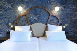 A bed or beds in a room at Hotel André Latin