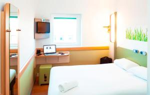 A bed or beds in a room at ibis budget Leeds Centre Crown Point Road