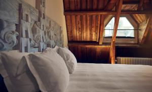 Een bed of bedden in een kamer bij Lloyd Hotel