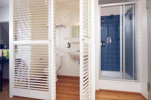 Een badkamer bij Lloyd Hotel