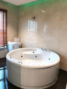 Um banheiro em Dary Furnished Apartments 2 (For Families only)