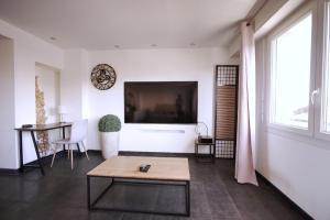 A television and/or entertainment centre at Superbe LOFT 60 m² avec balcon vue sur la mer et la Major