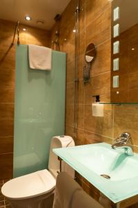 A bathroom at Best Western Hotel Bentleys