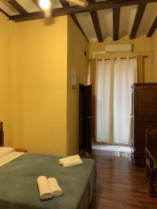 A bed or beds in a room at Pensión Lisdos