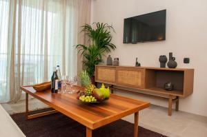 En tv och/eller ett underhållningssystem på Port Royal Villas and Spa - Adults Only