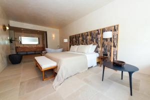 Łóżko lub łóżka w pokoju w obiekcie Port Royal Villas and Spa - Adults Only