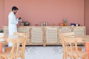 Um restaurante ou outro lugar para comer em Shada Hotel Al Shati