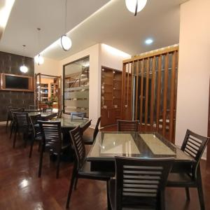 A restaurant or other place to eat at Omah Qu Guesthouse Malioboro