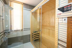 A bathroom at La Fleur Premium Central Apartment