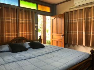 เตียงในห้องที่ Ruen Thai Ban Rim Nam