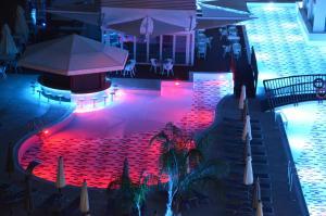 Вид на бассейн в Vassos Nissi Plage Hotel & Spa или окрестностях