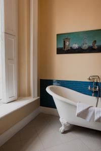 A bathroom at Cape Heritage Hotel