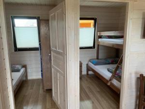 Łóżko lub łóżka piętrowe w pokoju w obiekcie Czarna Perła