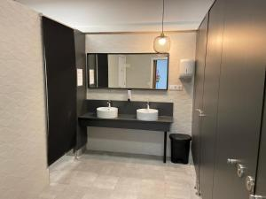 A bathroom at Albergue Río Eume