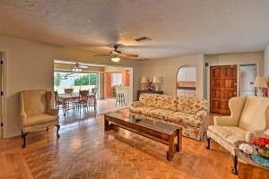 Ein Sitzbereich in der Unterkunft Cozy Cape Coral Home with Pool Less Than 2 Miles to Beach!