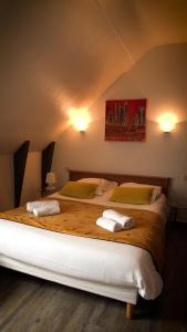 A bed or beds in a room at Hotel Le Derby