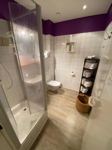 A bathroom at Gästehaus Lavendel City - by Zimmer FREI! Holidays