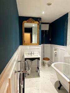 A bathroom at The Leagate Inn