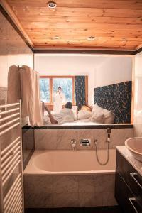 A bathroom at Sport & Wellnesshotel San Gian St. Moritz